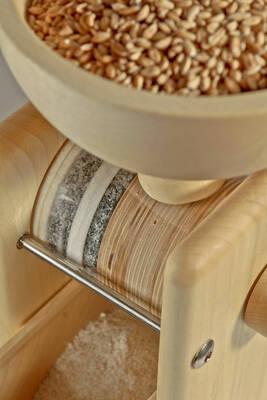 Ruční mlýnek na obilí Komo shora