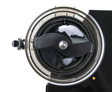Vertikální odšťavňovač Sana EUJ-808 firmy Omega, šnek